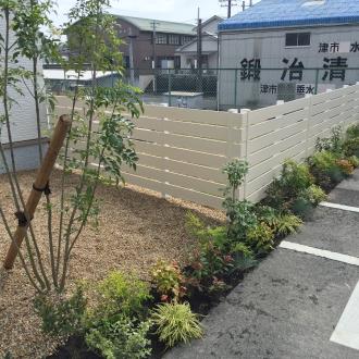 ふんだんな緑と木調フェンスをアクセントにしたナチュラルガーデン
