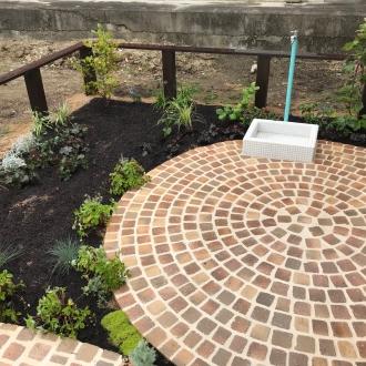 かわいいハーブ菜園のお庭